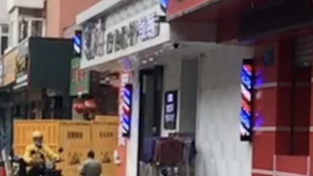 理发店提供高空坠猫砸晕老人监控,店内玻璃被砸:已报警处理