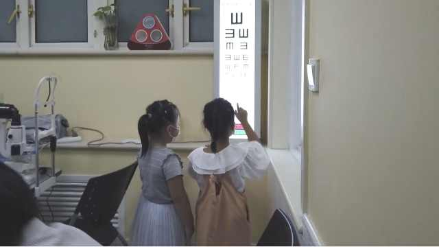 上视频早教课1岁宝宝患近视,医生:2岁前不能接触电子产品