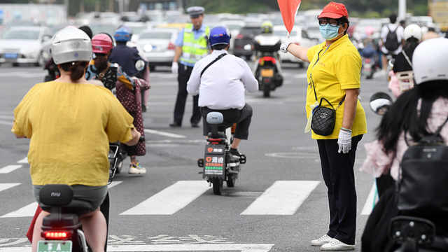 """南京""""最暖路口"""":路人经过这里,就盼听到那一声""""你早"""""""