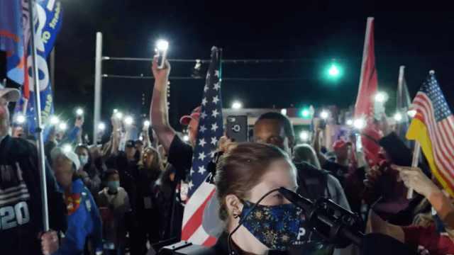 大批支持者医院外为特朗普祈祷,女子含泪受访:他是我的英雄