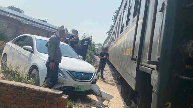 柳州一小车在铁道口与火车发生碰撞,火车被逼停