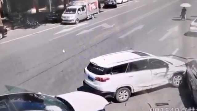 东莞首例无人驾驶出租车被撞,安全员:对方抢道车速太快