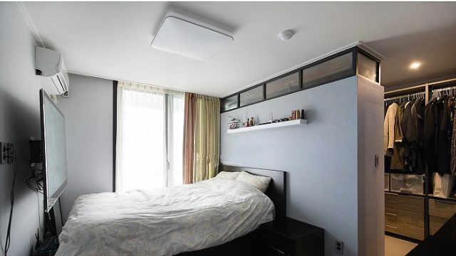 床头不靠墙,挤出5㎡做成衣帽间,这是我见过最个性的家庭!