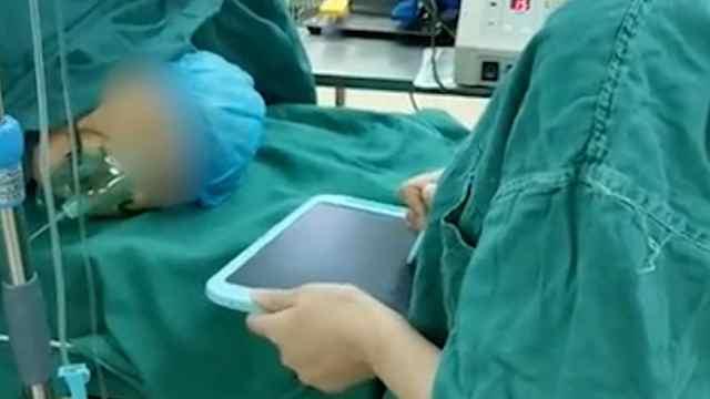 听障老人动手术,医生全程写字安抚