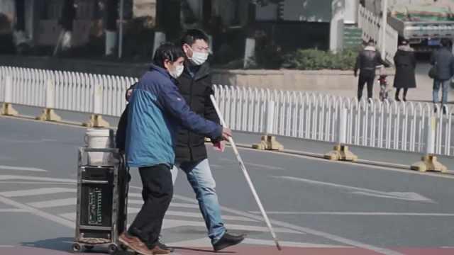 盲人在马路中央迷失方向,热心司机主动停车搀扶