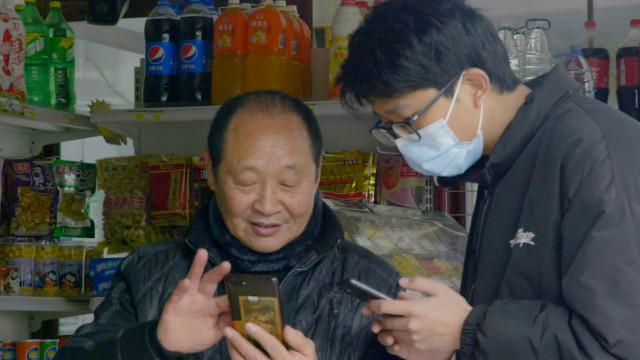 老人不会用智能机?70岁四川大爷玩手机赚零花钱!