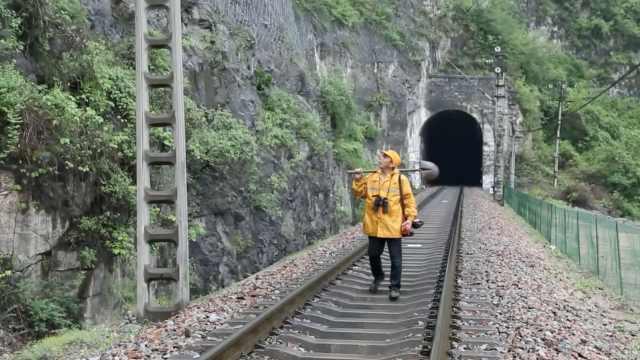 一山一人一间屋,他每年进山看铁路5个月