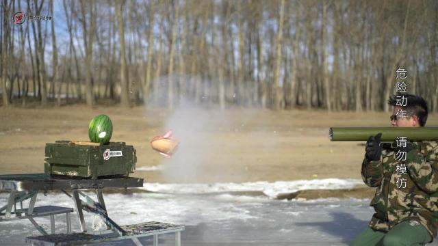 液氮发射火腿肠,直接把西瓜干粉碎