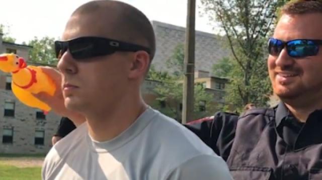 美国警校用橡皮鸡考验学员耐力