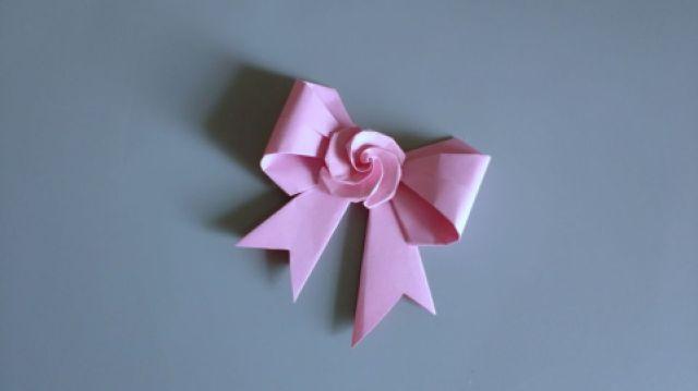折个蝴蝶结,可以美美的装饰礼品哦