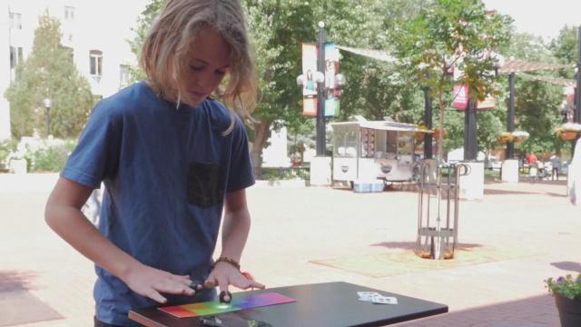 弹钢琴跟玩一样简单,将色彩变音乐