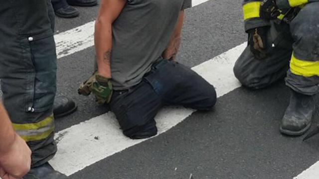 纽约路面塌陷,男子大腿被卡洞中