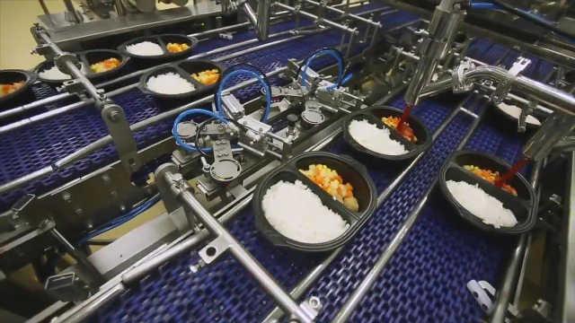 由机器搞定煮饭炒菜装盘的快餐工厂