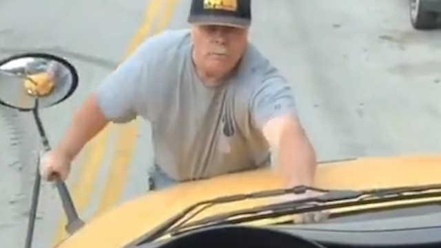 美国男子怒扒校车,只因被扔塑料瓶