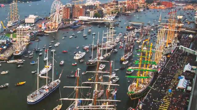 延时摄影下,繁忙的阿姆斯特丹港口