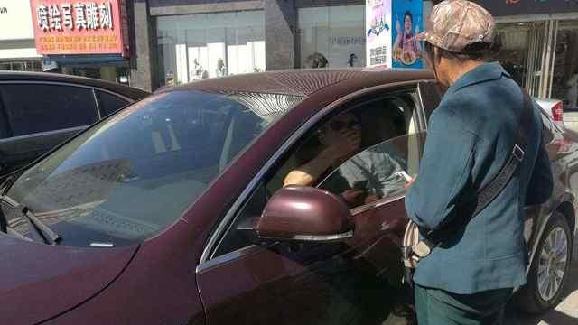 路边停车位乱收费,不给还打人。