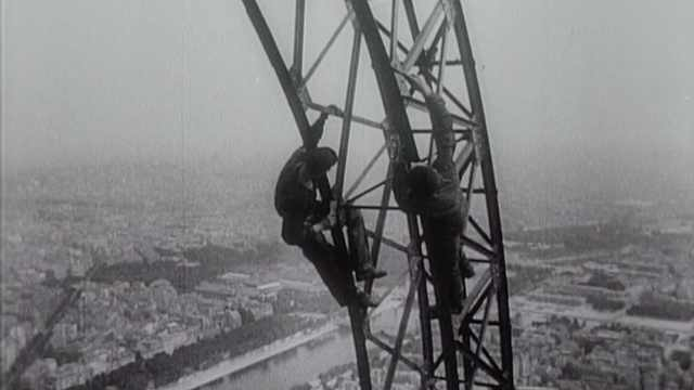 埃菲尔铁塔翻修,工人刷漆表演特技