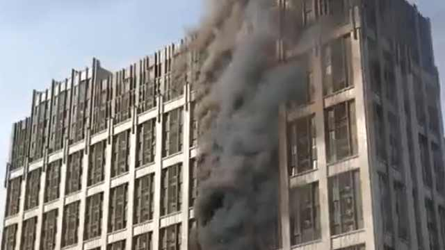 猛犸视频丨郑州一写字楼突发大火…