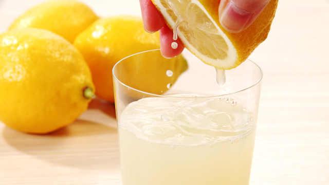 用这招,就能徒手挤出超多柠檬汁