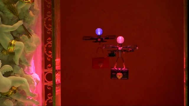 D&G秀场上无人机取代模特展示手袋