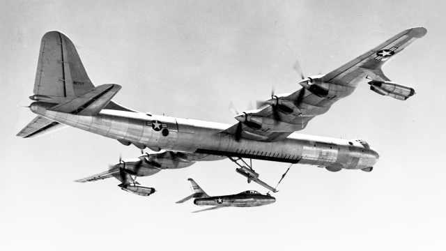 能把战斗机运上天的巨型轰炸机