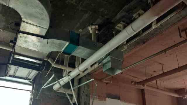 惊!天花板被拆后发现两排排污管道