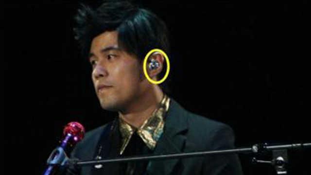 为什么歌手唱歌时,要戴一只耳机?