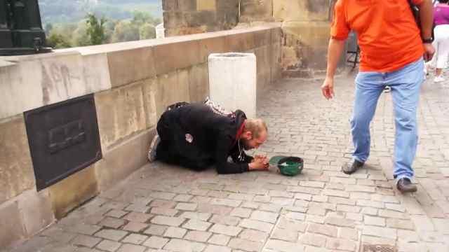 捷克查理大桥:埋头长跪的乞讨男子