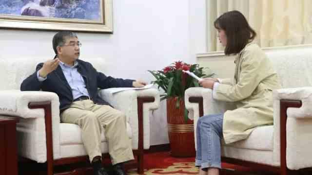 青岛大学党委书记胡金焱对话学生1