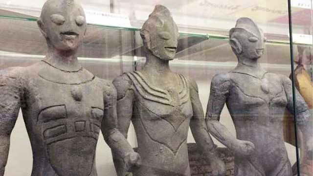 迪迦奥特曼身边的两个石像是谁?