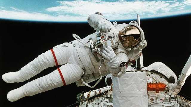 宇航员从空间站飘走了怎么办?