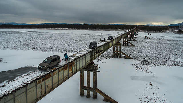 世界最危险大桥,用2米宽木头铺成