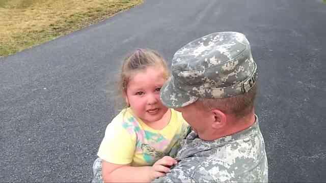 军人爸爸回家,萌娃边哭边喊爱爸爸