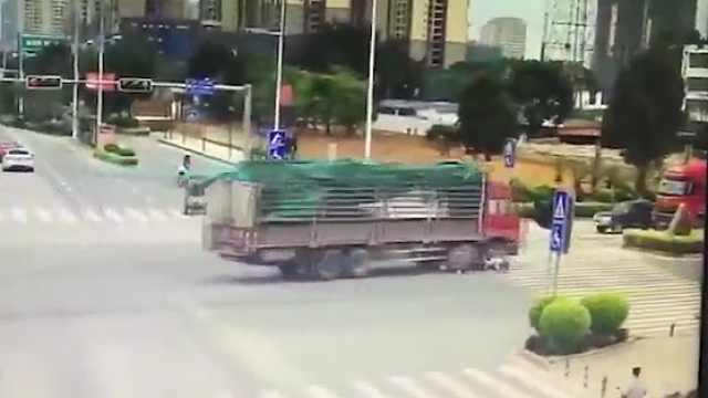 大货车一转弯,一家人阴阳相隔!