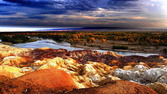 新疆这个地方的石头有5种颜色