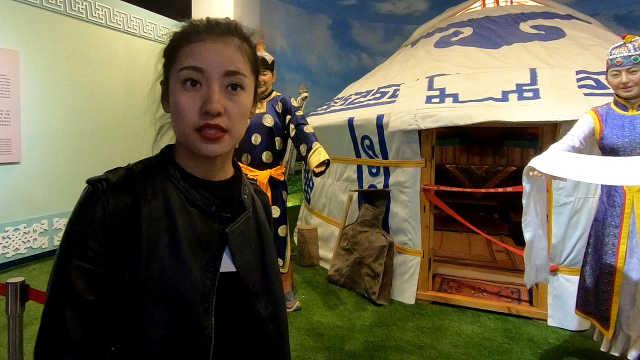 美丽导游为我们介绍新疆民俗文化