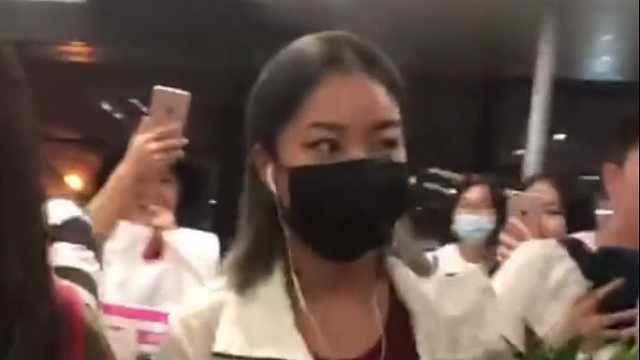 宠粉!王菊现身机场,在粉丝群发语音