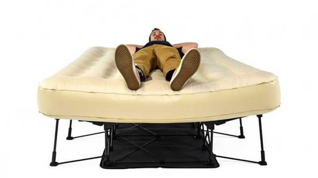 这行李箱都能当床用?走到哪睡到哪