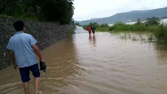 暴雨致洪水淹村,村支书喊话:别过来
