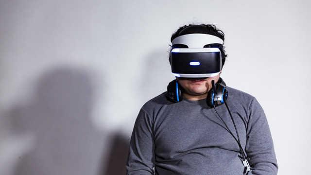 日本宅男沉迷VR游戏,视力意外提高