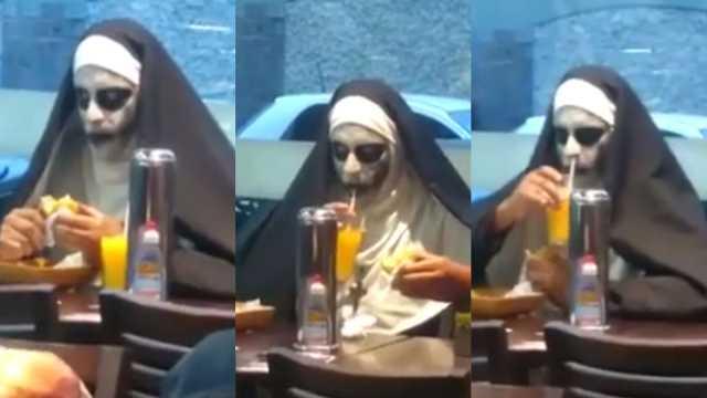 化小丑妆的修女在快餐店吃饭引围观