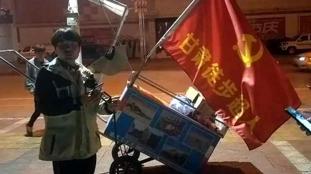 他因贫辍学,7年后徒步西藏沿途支教