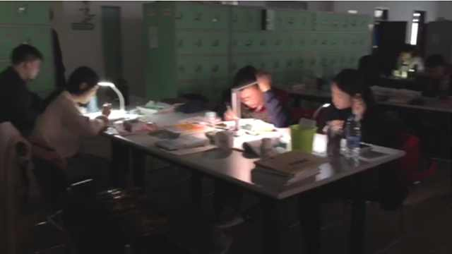 拼!图书馆停电,考研学霸自带台灯