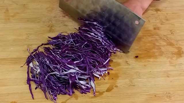 一根黄瓜,半个紫甘蓝,做酸辣凉菜