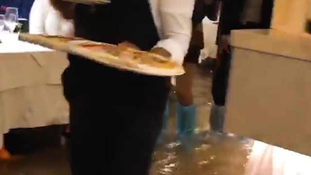 威尼斯洪水挡不住人们吃披萨的热情
