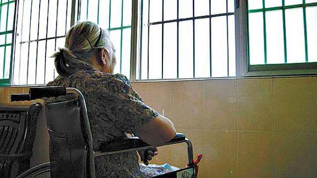 父母在家更孤独,应该送去养老院?