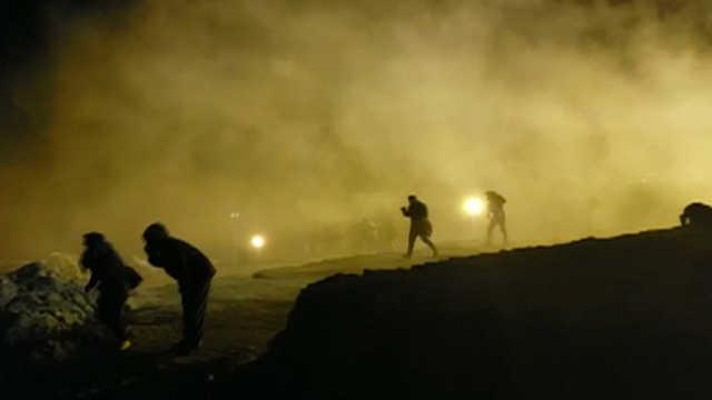 美国边防人员用催泪弹驱散移民