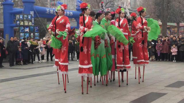 2米巨人踩高跷扭秧歌:春节不回家