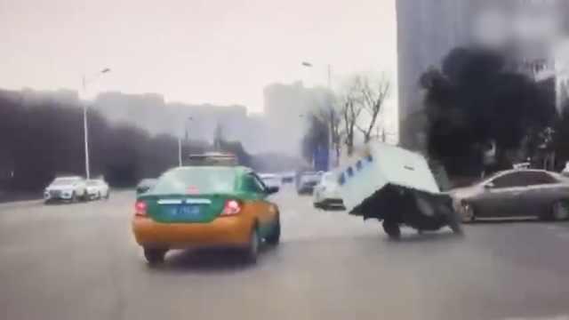 实拍:出租车突右拐,快递车被怼翻