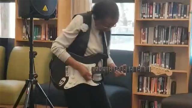 79岁老奶奶弹吉他,她比你还摇滚!